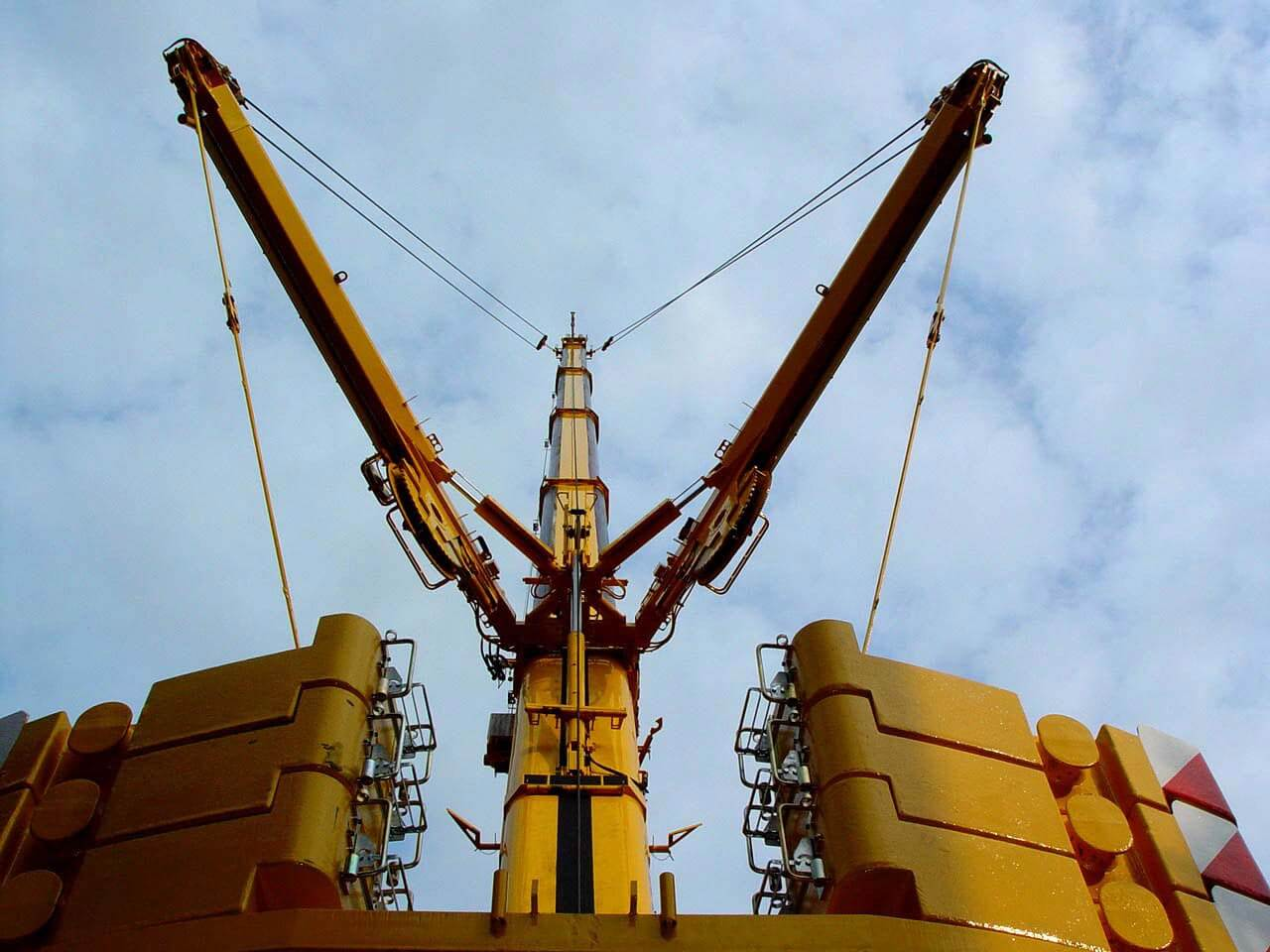 A picture of a heavy duty NMT Crane